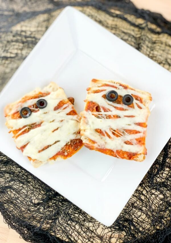 Easy Mummy Pizzas featured